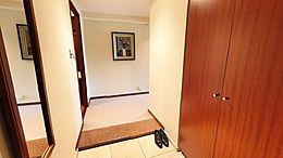 室内廊下の様子です。落ち着いた色合いと、重厚感のある建具から、高級感が漂います。