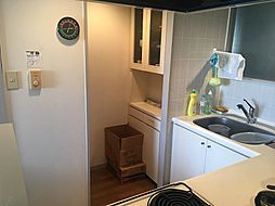 キッチンには食料庫としても使用できるスペースがあります。棚も備わっており使勝手が良いですね。
