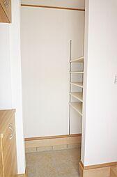 玄関奥のクロークは家族の荷物をなんでも収められる万能空間。