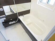 リフォーム済。浴室はハウステック製の一坪のユニットバスに新品交換しました。浴槽は半身浴ステップ付なので足を伸ばしてゆったり半身浴を楽しめます。