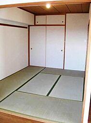 客間としても利用可能な6帖の和室。