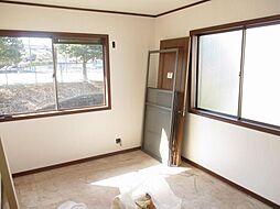 現在リフォーム中 2階西側6帖の洋室写真です。天井と壁のクロスを張り替えて、床はクッションフロアに張り替える予定です。