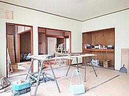リフォーム中写真12/6撮影リビング 壁・天井クロス張替、フローリング重ね張り、エアコン1台設置、照明器具交換します。和室ともつながっているので、襖を開けると開放的な空間が広がります。