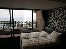 主寝室もワイドバルコニーに面しており相模湾が望めます。和洋を取り入れたモダンな室内です。