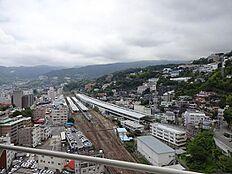熱海駅、街並み、山並みを望む