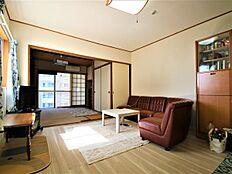 別角度からになります。奥に和室が続いているので、広々とした開放的な間取となっております。