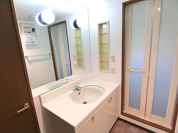 大きな鏡の洗面...