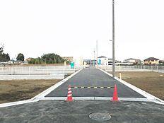 西側の前面道路は幅員約6mございます。