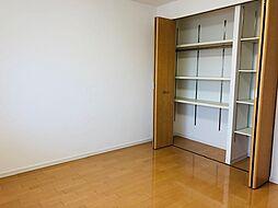 洋室にはクローゼトも設置されてますので、収納にも困りません。