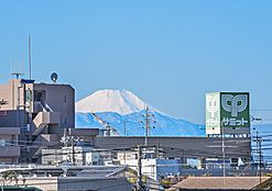 屋上テラスから富士山見た様子です。実際に見ると写真より大きくはっきり見えます。