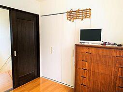 全居室収納付きの4SLDK。寝室のウォークインクローゼットには、洋服やコートがスッキリと収まります。