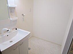 リフォーム済洗面化粧台を新設しました。天井・壁はクロス張り、床は水に強いクッションフロアを張替えました。照明も交換しました。洗濯機置き場も新設したので、家事のしやすい動線になっています。