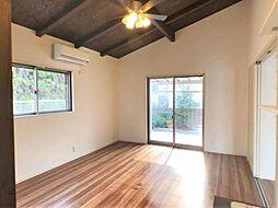 広がりを感じられる勾配天井の寝室。