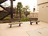マンション敷地内に椅子があり会話も弾みますね,1SLDK,面積49.88m2,価格1,980万円,JR東海道本線 大船駅 徒歩13分,JR京浜東北・根岸線 本郷台駅 徒歩19分,神奈川県横浜市栄区笠間3丁目17-8