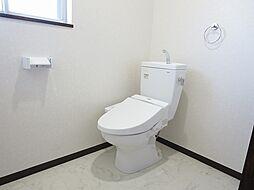 リフォーム済トイレ写真です。TOTO製のウォシュレット付きトイレに交換しました。お肌に触れる部分が新品だと嬉しいですね。