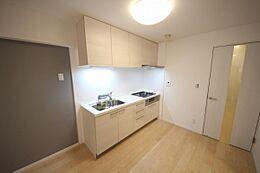調理スペースもゆったり、収納たっぷり