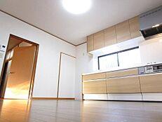 リフォーム後写真リビングは壁天井のクロスを張り替え、床を重ね張りしました。照明も新品に交換いたしました。