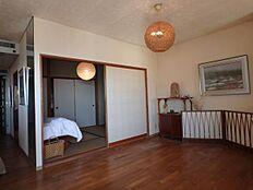 和室:リビングに隣接した6畳分の和室。こちらもバルコニーに隣接しているため、採光に優れています。