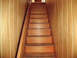 現在リフォーム中 4月13日撮影こちらは階段です。天井、壁のクロスを張り替え、床はクッションフロアーに張り替えます。手すりとノンスリップを新品交換します。