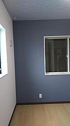 東側世帯の5帖の洋室です。ブルーのアクセントカラーがおしゃれな洋室です。現地(2018年4月)撮影