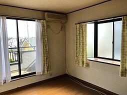 おしゃれな出窓のついた、2階洋室。どの部屋からもベランダに出られます