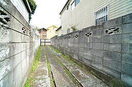 現地は建蔽率40%・容積率80%の一種低層住居専用地域ですので通風良好。