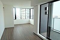 居間(上層階の角部屋 大きな窓が有り 明るく広々としています)