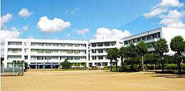 牛久市立下根中学校(689m)