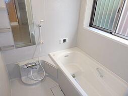 半身浴もできる広々とした湯船。窓付なので朝日を浴びながらの入浴も気持ちよさそう。