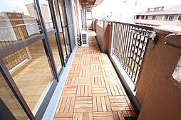 新築マンションでもバルコニーは塩化ビニール仕上げが一般的ですがログマンションでは共用部分のバルコニーも住居の一部と考え、バルコニータイルを全戸に標準装備しております。