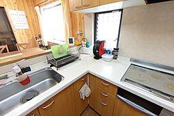 調理スペースを広々と確保できるL字型キッチンです。お手入れも簡単なIHクッキングヒーターを採用しています。