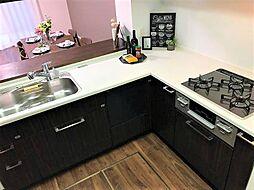 スペースが広く作業効率の良いL字型キッチン。食器洗浄機付きで家事の負担を軽減できます。