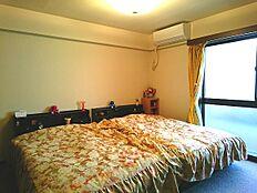 玄関右側に配置されたマスターベッドルーム約8帖です。
