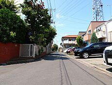 東側道路の写真です。西武多摩川線の新小金井駅より徒歩10分。