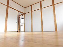 二階洋間6帖を東向きに撮った写真です。クロス張替えとフロア張りで明るくキレイなお部屋に生まれ変わりましたね。