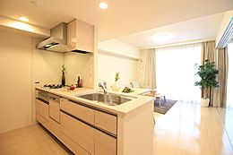 後片付けをサポートしてくれる食器洗い乾燥機付き。家事の時間短縮だけでなく、手洗いより節水できます。