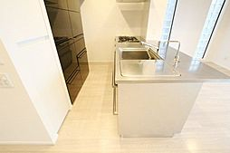 造り付のキッチン背面収納棚もあり、収納家具を新しく購入する必要もございません。