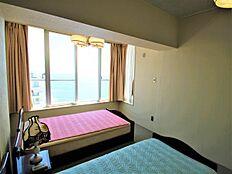 こちらがリビングと併設した洋室となります。こちらも窓があり、窓からは相模湾が望めます。