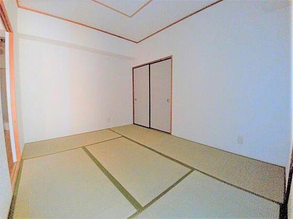 ロイヤルコーポヨコタの6帖の和室