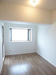 東側洋室(約5.3帖)小さなバルコニーがあり2面採光の室内は明るいです。