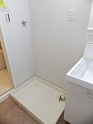 洗面室内に洗濯機置場があります。