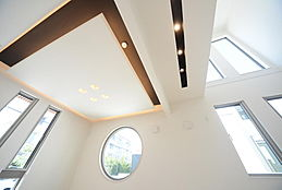 リビングには間接照明を取り入れ、気品を感じさせる雰囲気に。様々なデザインの窓は暮らしに特別感を演出します。建物プラン例/建物価格1755万円、建物面積89.26m2