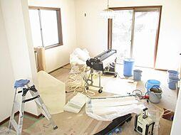 現在リフォーム中 リビング写真です。天井と壁のクロスを張り替えて、床はフローリングを張り替える予定です。約18帖のリビングで家族団らんをお楽しみ下さい。