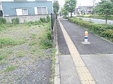 歩道・中央分離帯を含む道幅約24mの道路に面しております。