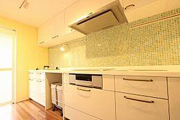 爽やかなタイルが素敵なキッチン